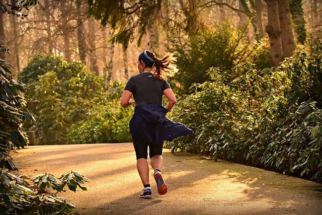 Mujer corriendo excelente ejercicio cardio para bajar de peso